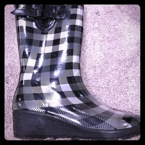 Black and gray gingham wedged rain boots